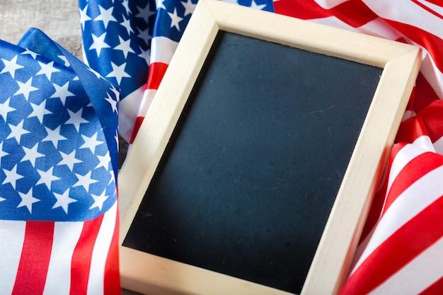 Lavagna vuota con bandiera americana