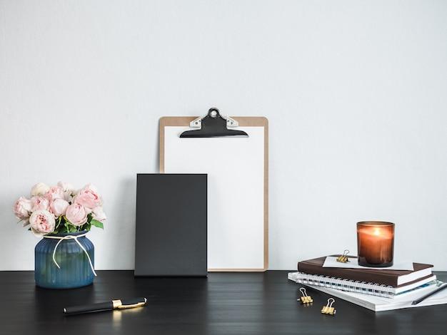 Lavagna vuota sul tavolo. concetto di ufficio a casa. lavagna formato verticale, copia spazio per il testo