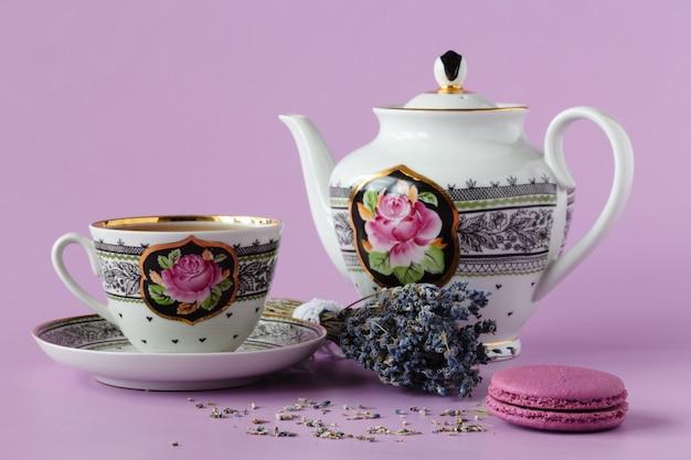 Lavanda viola con tazza da tè in porcellana antica con piattino e tè