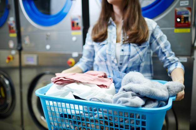Lavandaia al lavoro