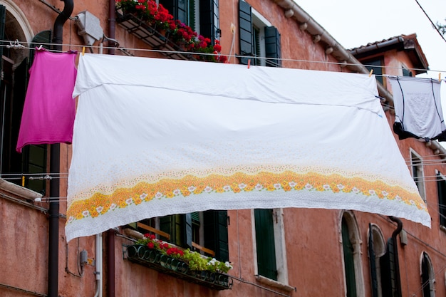 Lavanderia bianca appesa ad asciugare su una linea di vestiti.