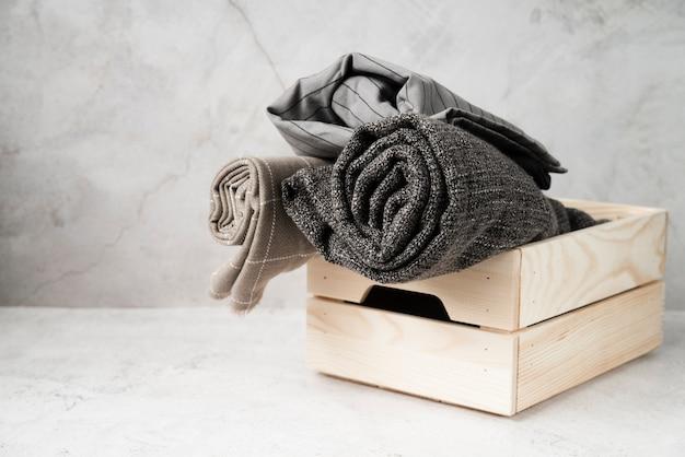 Lavanderia di vista frontale in una scatola di legno