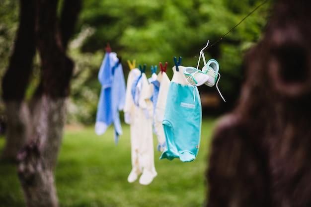 Lavanderia per bambini appesa a un bucato