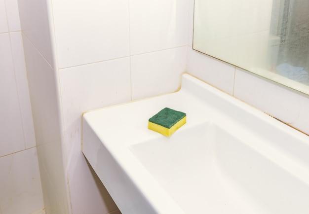 Lavandino del bagno con una spugna