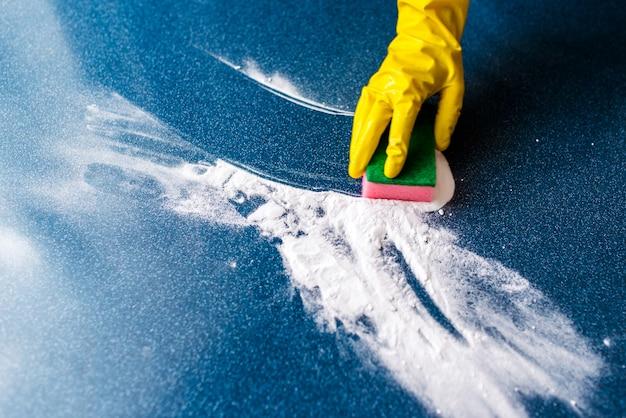 Lavare e pulire la casa con le mani con una spugna.
