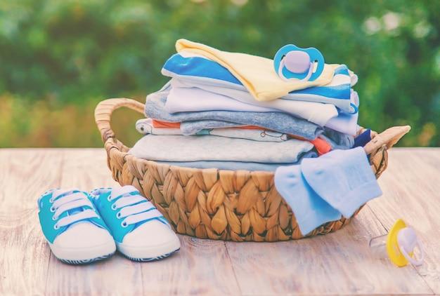 Lavare i vestiti del bambino, la biancheria si asciuga all'aria aperta
