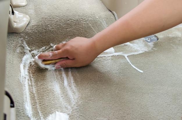 Lavare il tappeto dell'auto