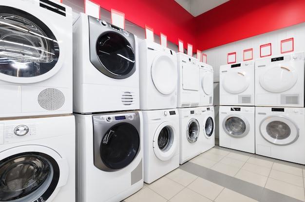 Lavare le macchine nel negozio di elettrodomestici
