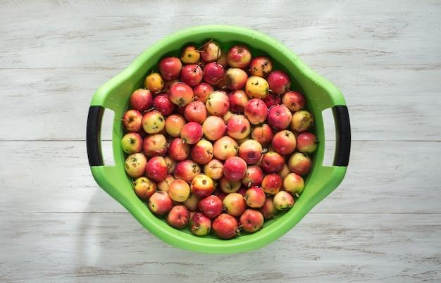 Lavare le mele in un contenitore