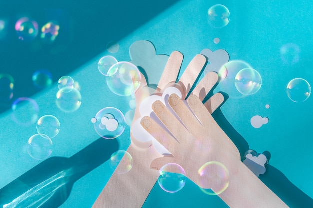 Lavarsi le mani con soapa e bolle di sapone. buone abitudini di igiene personale. concetto di assistenza sanitaria.