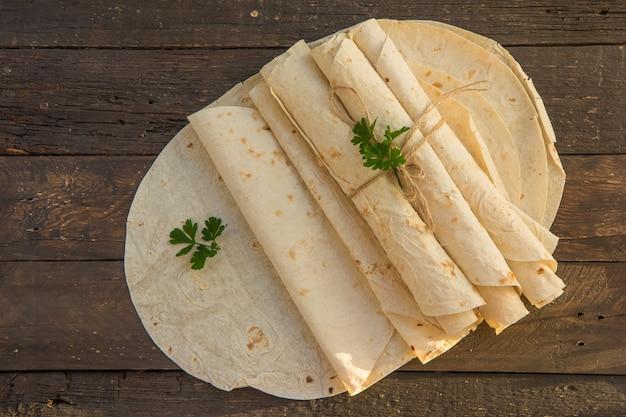 Lavash di pane piatto armeno. pane della pita sul tagliere di legno. copia spazio.