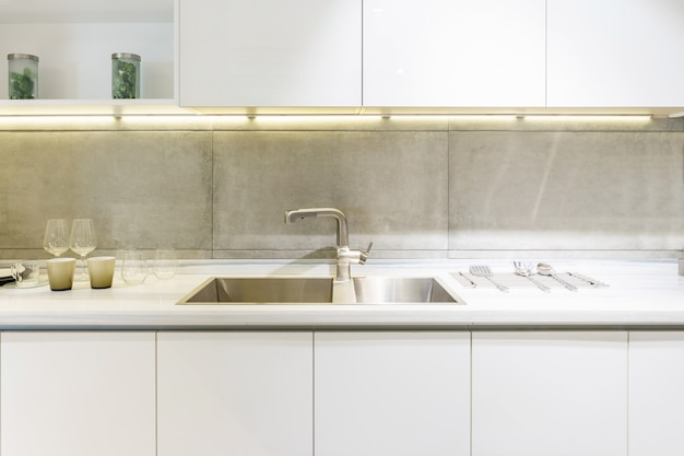 Lavello da cucina in acciaio inox e acqua di rubinetto in cucina. appliance integrate. elettrodomestico da cucina