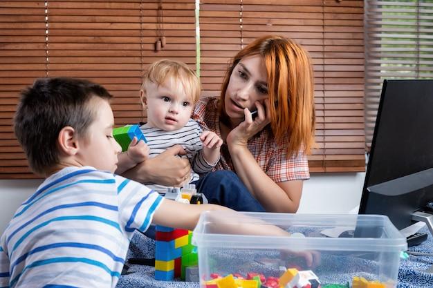 Lavora da casa con i bambini piccoli