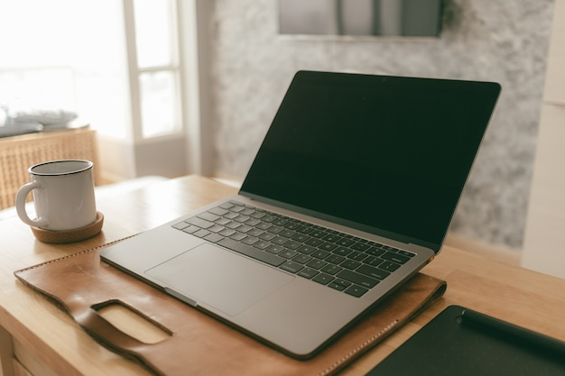 Lavora da casa insieme di oggetti creativi di un computer portatile e una tavoletta grafica nell'appartamento.