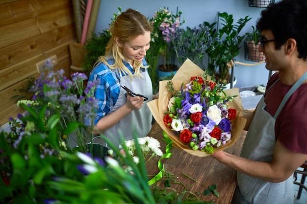 Lavora nel negozio di fiori