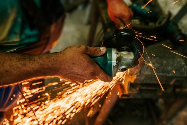 Lavorando nel laboratorio che taglia il metallo.