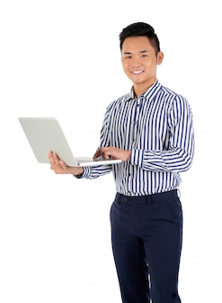 Lavorando su laptop