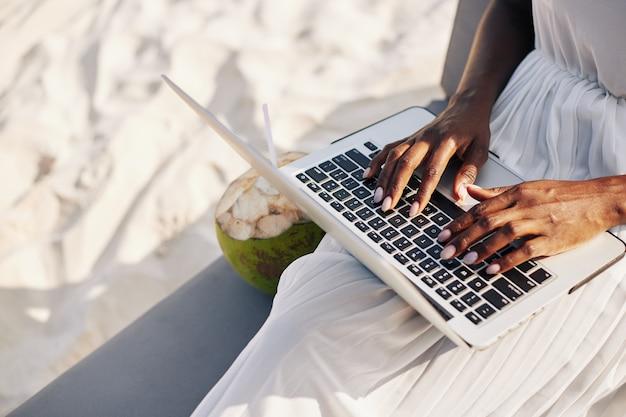 Lavorando sulla spiaggia sabbiosa