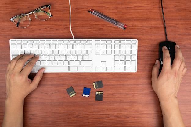 Lavorare a casa con uomini laptop che scrivono un blog