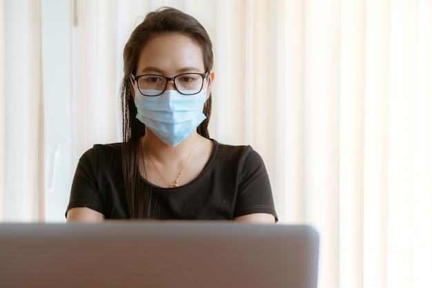 Lavorare da casa durante l'epidemia di coronavirus o covid-19