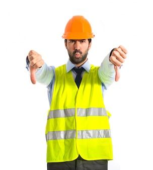 Lavoratore che fa un segnale difettoso