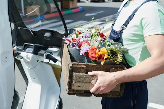 Lavoratore con fiori