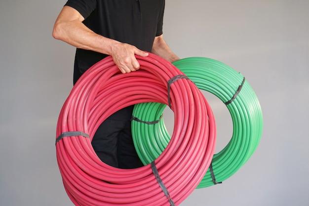 Lavoratore con tubo di protezione elettrico
