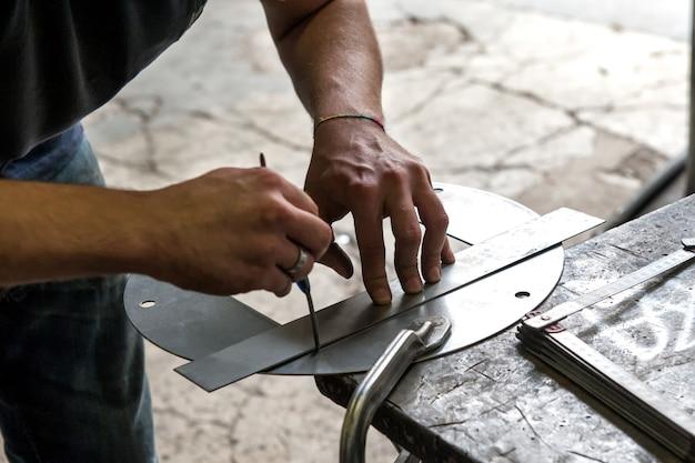 Lavoratore dei metalli che misura con precisione