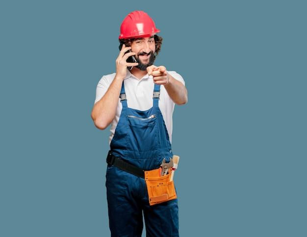 Lavoratore del giovane con un telefono cellulare