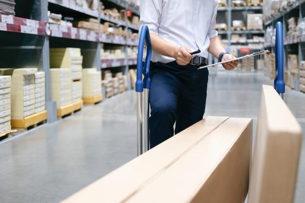 Lavoratore del magazzino che controlla le merci al magazzino.