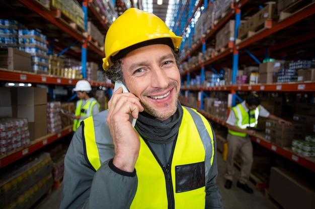 Lavoratore del magazzino che parla sul telefono cellulare