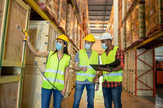 Lavoratore del magazzino che scansiona i codici a barre sulle scatole in un grande magazzino. concetto del centro di trasporto delle merci.
