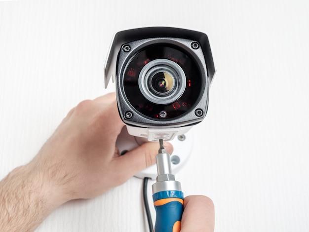 Lavoratore del tecnico che installa la macchina fotografica del video cctv