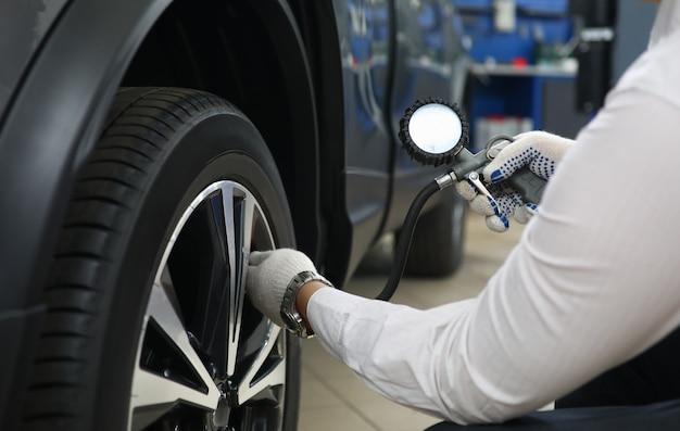 Lavoratore di centri auto professionale