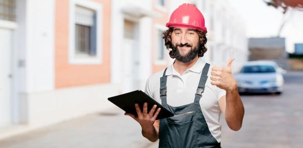 Lavoratore di giovane con un tablet