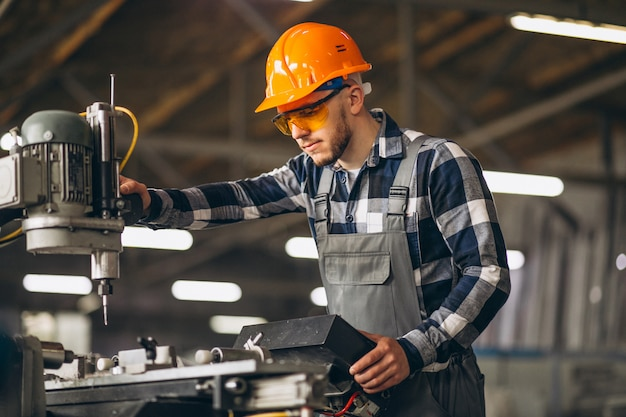 Lavoratore di sesso maschile in una fabbrica