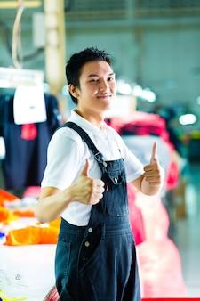 Lavoratore in una fabbrica di abbigliamento cinese