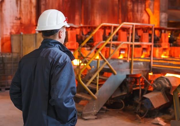 Lavoratore industriale al primo piano della saldatura della fabbrica