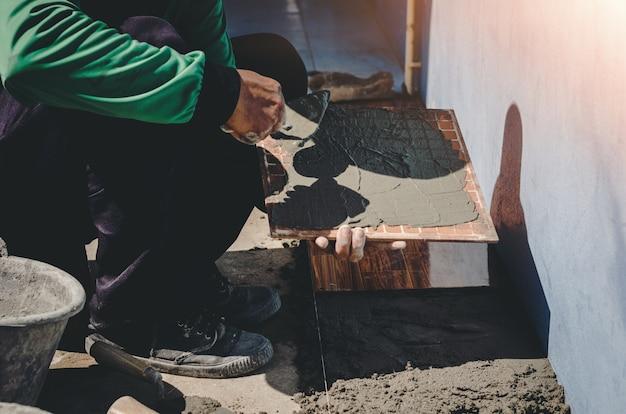 Lavoratore industriale con strumenti di intonacatura