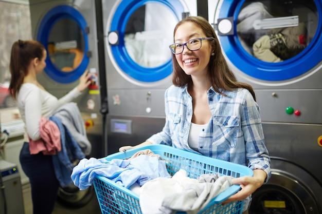 Lavoratore lavanderia a gettoni