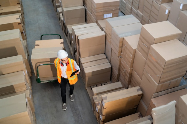 Lavoratore logistico che consegna scatole su un carrello