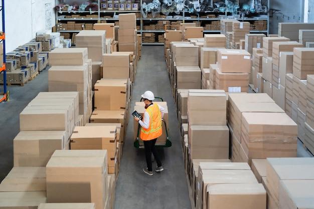 Lavoratore logistico che consegna scatole
