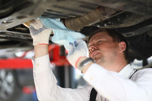 Lavoratore maschio serio occupato con la riparazione