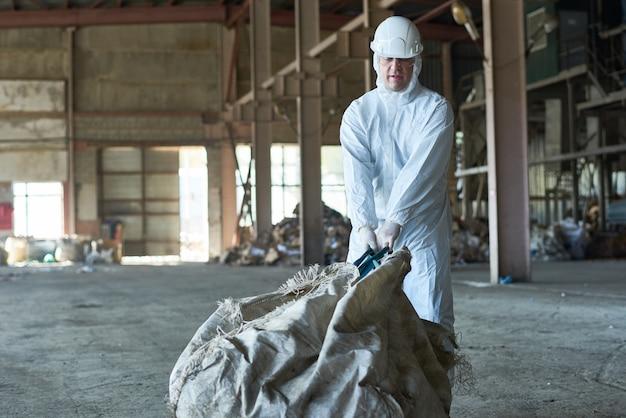 Lavoratore nella fabbrica di riciclaggio