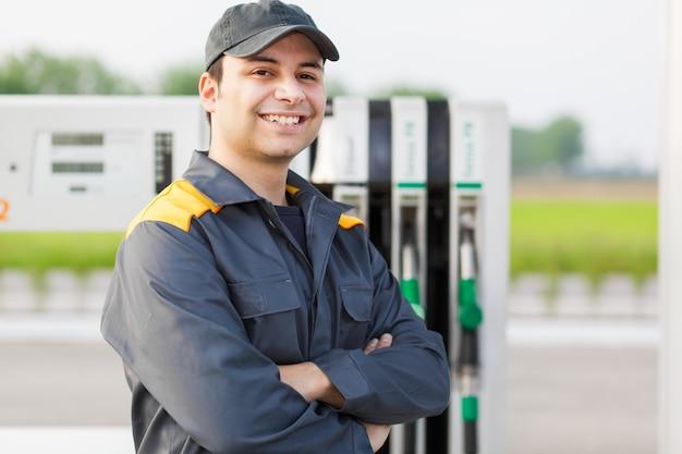 Lavoratore sorridente alla stazione di servizio