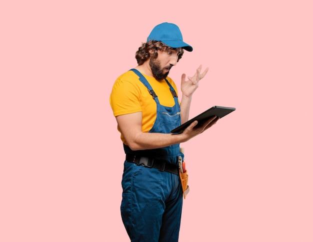 Lavoratore tuttofare con un tablet