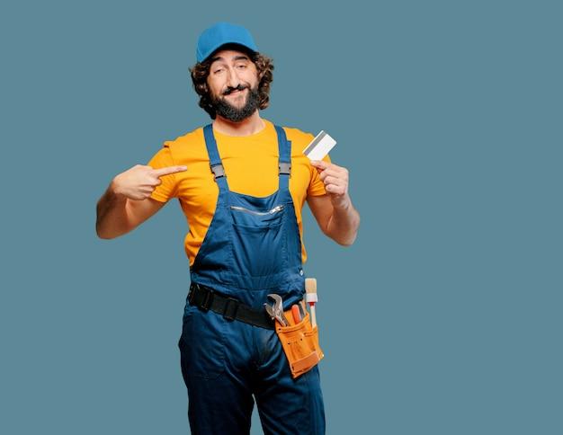 Lavoratore tuttofare con una carta di credito