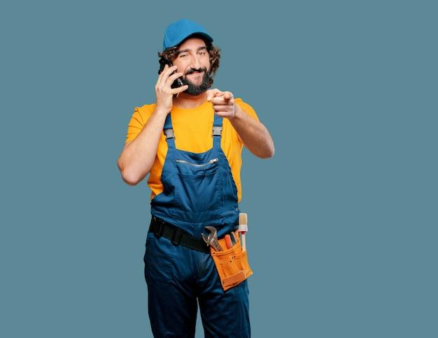 Lavoratore tuttofare con uno smart phone