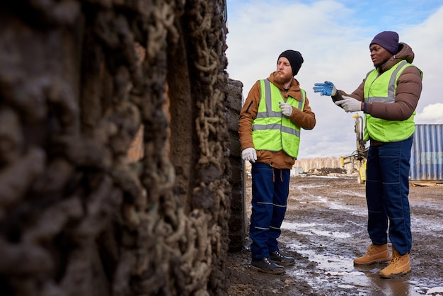 Lavoratori che ispezionano sito