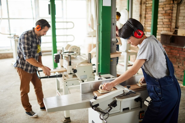 Lavoratori che utilizzano macchine per la lavorazione del legno